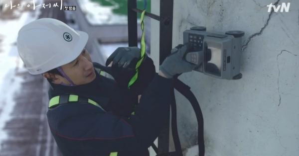 2년 전 방영한 TV드라마 '나의 아저씨' 한 장면. 주인공 이선균 씨가 건축구조기술사 역할로 국민안전의식을 계도한 바 있다.