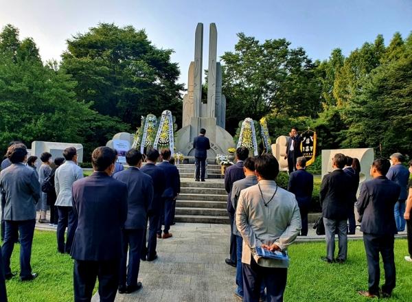 삼풍참사 위령탑에서 추모사를 하고 있는 김상식 회장(가운데)과 삼풍유족 및 건축구조기술사들.